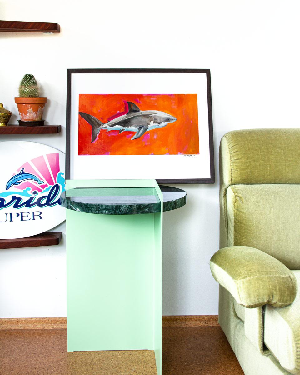 Das Produktbild des großen weißen Hais als Print, Druck im Auferkorte Art Store. Beispielbild gerahmt und mit Interieur.